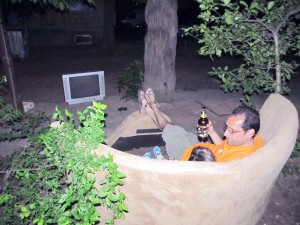 Гиги и Митко на дивана пред блока