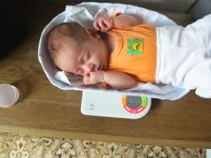Бебе на кантар