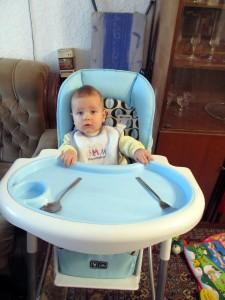 Пепи на столче за хранене