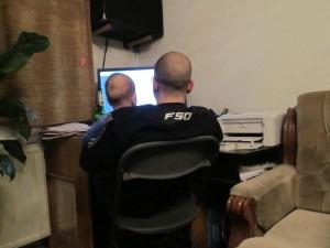 Пепи и Филип пред компютъра