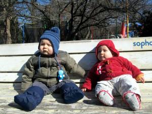 Папи и Дани стоят на пейка
