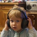 Пепи се радва на слушалките
