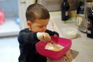 Ники прави тесто за понички